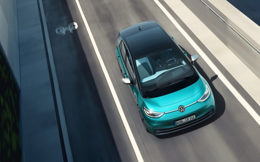 """""""Volkswagen"""" pateikė detalių apie laukiamiausią rinkos elektromobilį """"ID.3"""": žinomos kainos ir įranga"""