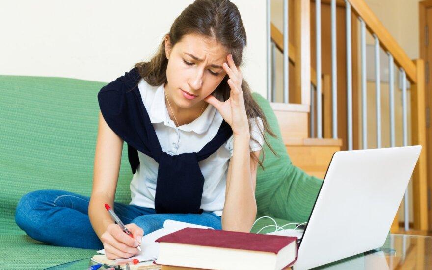 Abiturientė nerimauja dėl egzaminų baigties.
