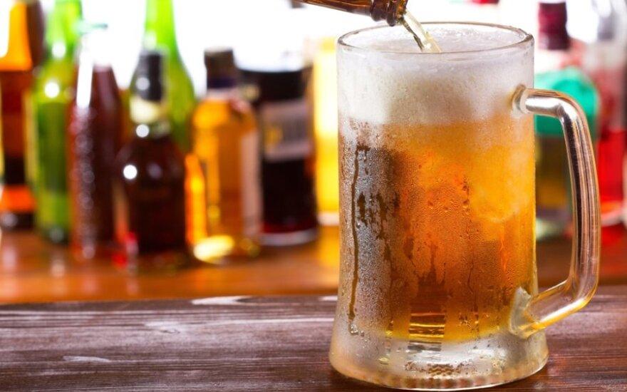 A.Matulas siūlo kelissyk padidinti baudas už nelegalaus alkoholio laikymą, gaminimą ir prekybą
