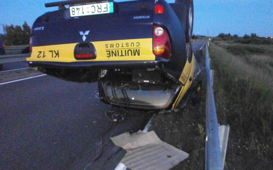 Nesėkmingos gaudynės: muitininkų automobilis apvirto, suniokoti atitvarai