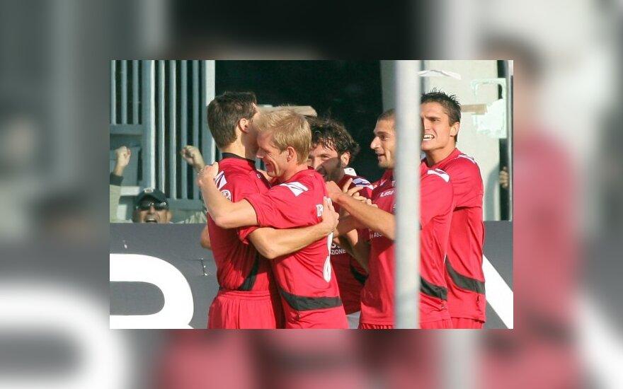 """Toma Danilevičių (kairėje) sveikina """"Livorno"""" klubo draugai"""