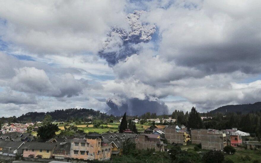 Indonezijoje išsiveržęs Sinabungo ugnikalnis išspjovė aukštą pelenų stulpą