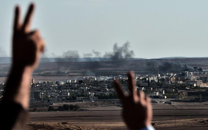 JAV kariuomenė numetė iš oro ginklų ir šaudmenų Kobanę ginantiems kurdams