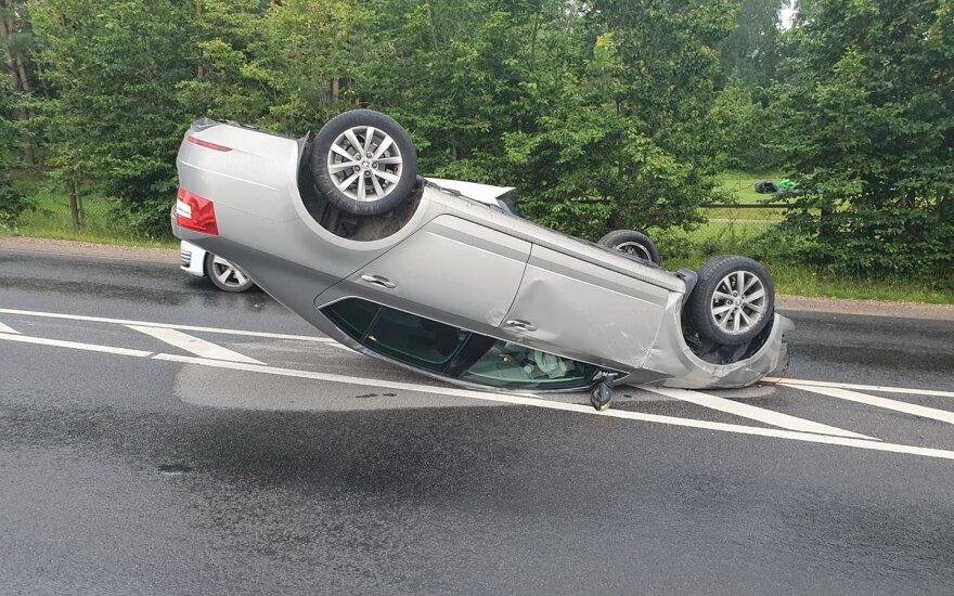 Girtutėlis vairuotojas Vilniuje sukėlė avariją: rėžėsi į stulpą ir ant stogo apvertė automobilį