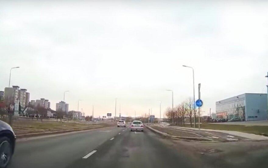 Nufilmavo avariją naujame Kauno žiede: dar ne visi žino, kaip važiuoti