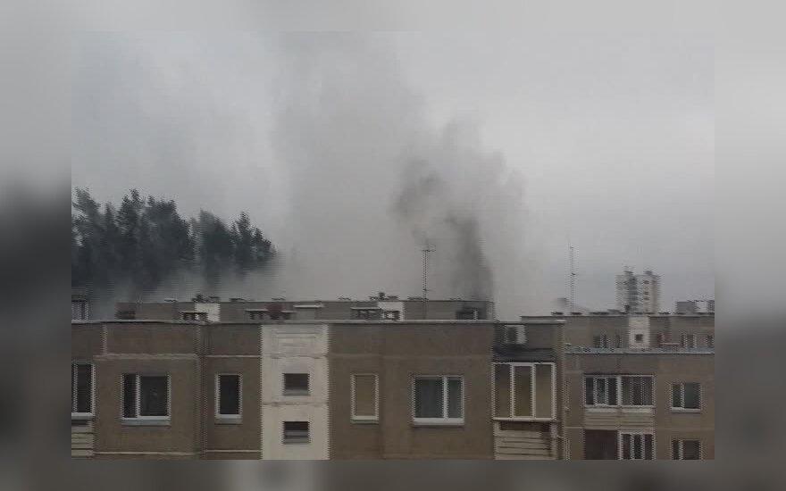 Vilniaus daugiabučio balkone kilo gaisras