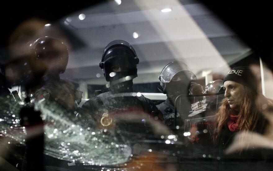Protestuotojai įsiveržė į valstybinės televizijos būstinę Belgrade