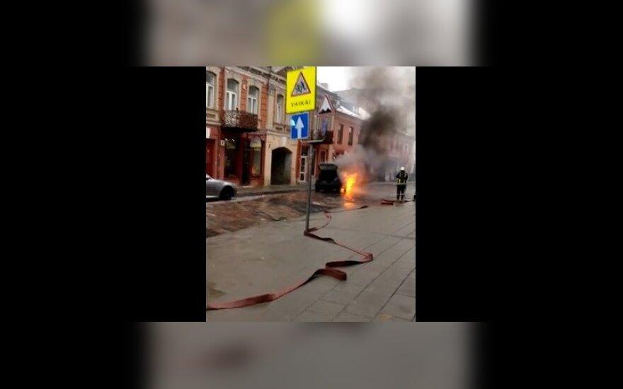 Sostinės centre atvira liepsna degė automobilis