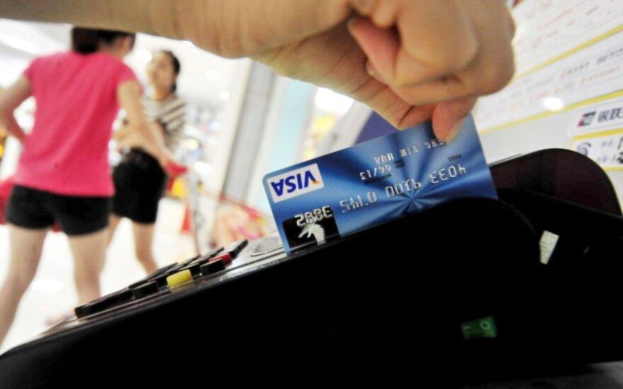 Keliaujantiems į užsienį – priminimas, kaip saugoti kortelių duomenis