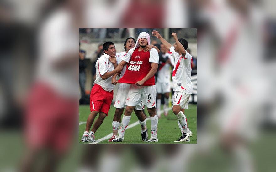 Peru rinktinės futbolininkai sveikina Juaną Vargasą