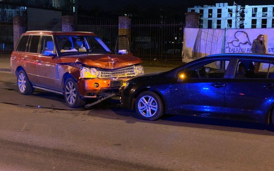 """""""Land Rover"""" skrydis Vilniuje: kliudė autobusą ir kaktomuša rėžėsi į """"Toyotą"""""""