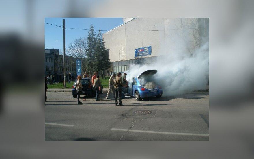 """Vilniaus centre degė automobilis """"VW Beetle"""""""