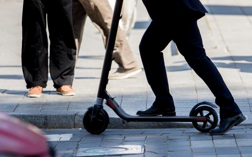 Palangos meras ėmėsi permainų: miesto centre uždraudė elektrinius paspirtukus, neleis važiuoti ir dviračiais