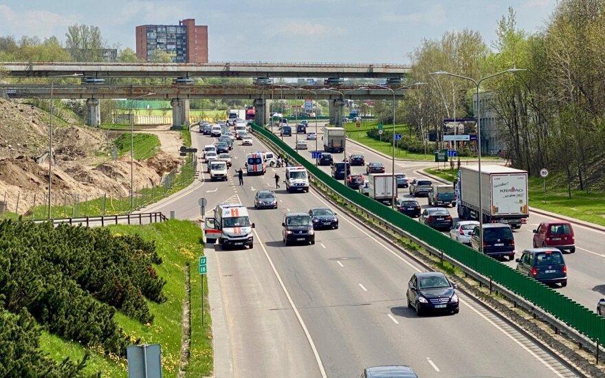 Vilniuje motociklą vairavęs policininkas rėžėsi į atitvarus: pranešama apie rimtą pavojų gyvybei