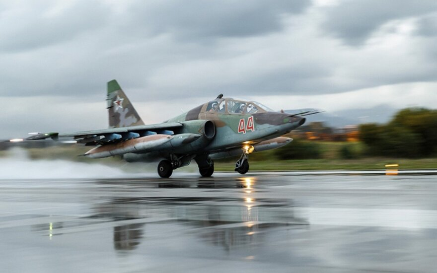 Stebėtojai: Rusijos karo lėktuvai bombarduoja kaimiškas Sirijos Idlibo provincijos apylinkes