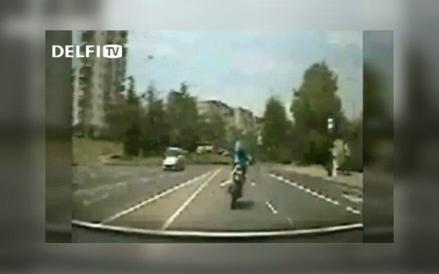 Pareigūnai bėglį motociklininką vijosi, kol šis nugriuvo