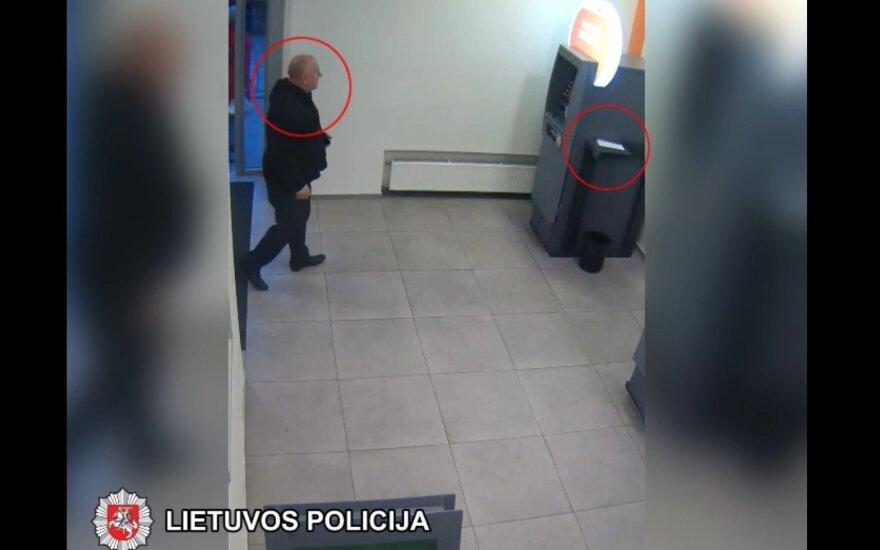 Vilniaus policija prašo atpažinti vyrą, kuris pavogė prie bankomato buvusį voką