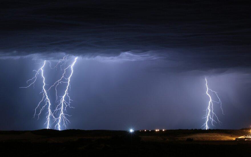 Orai: žaibai ir toliau skros dangų