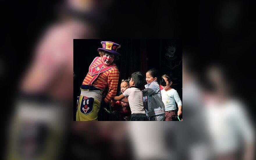 Klounas žaidžia su vaikais