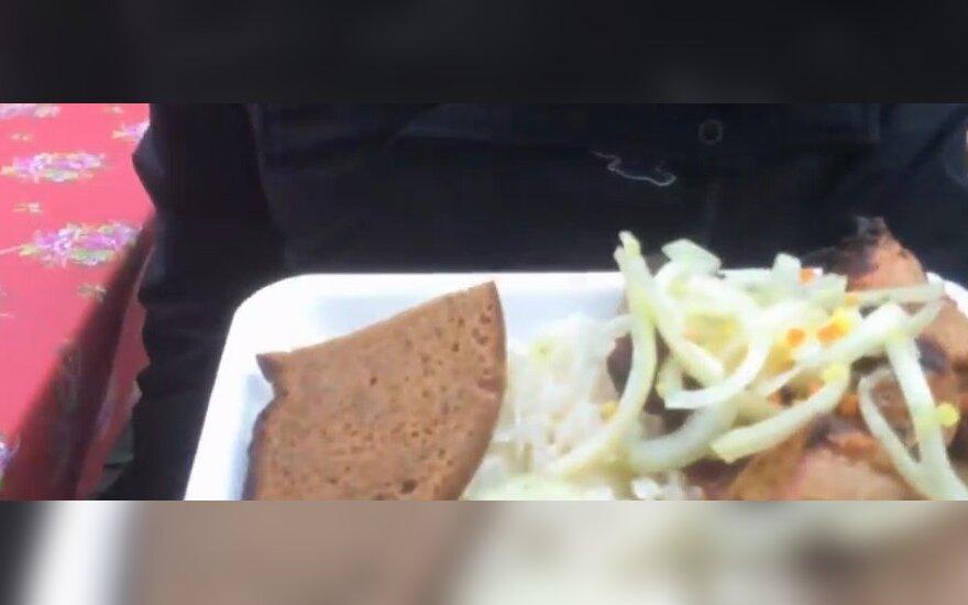 Nufilmavo užsieniečio reakciją, ragaujant lietuvišką maistą Kaziuko mugėje