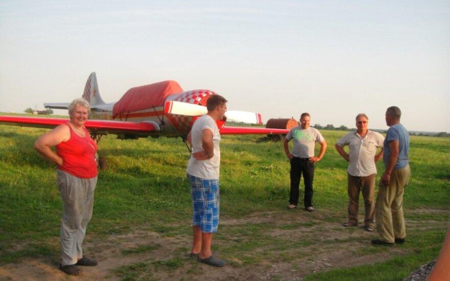 Savaitgalio dovana - avariniu būdu javų lauke nusileidęs lėktuvas