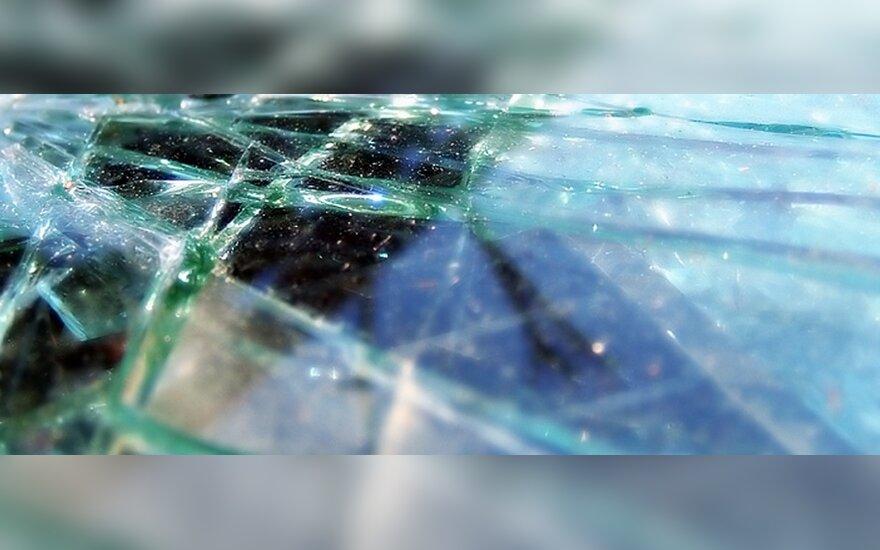 Avariją sukėlęs girtas mopedo vairuotojas įsisiautėjo ir iškūlė policijos automobilio langą