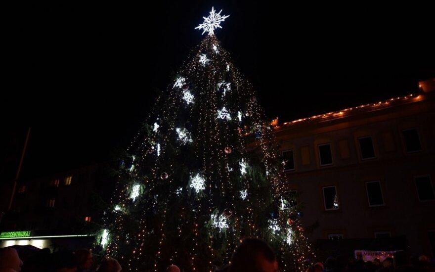 Varėnoje įžiebta Kalėdų eglė