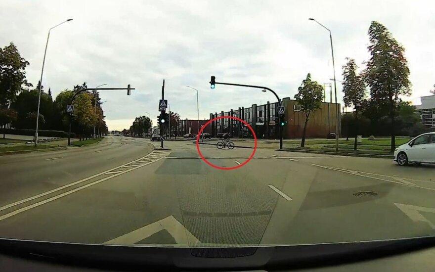 Kaunietis užfiksavo savižudišką dviratininko manevrą