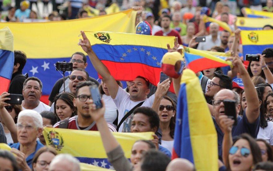 Venesueliečiai per revoliucijos metines mitingavo ir už, ir prieš Maduro