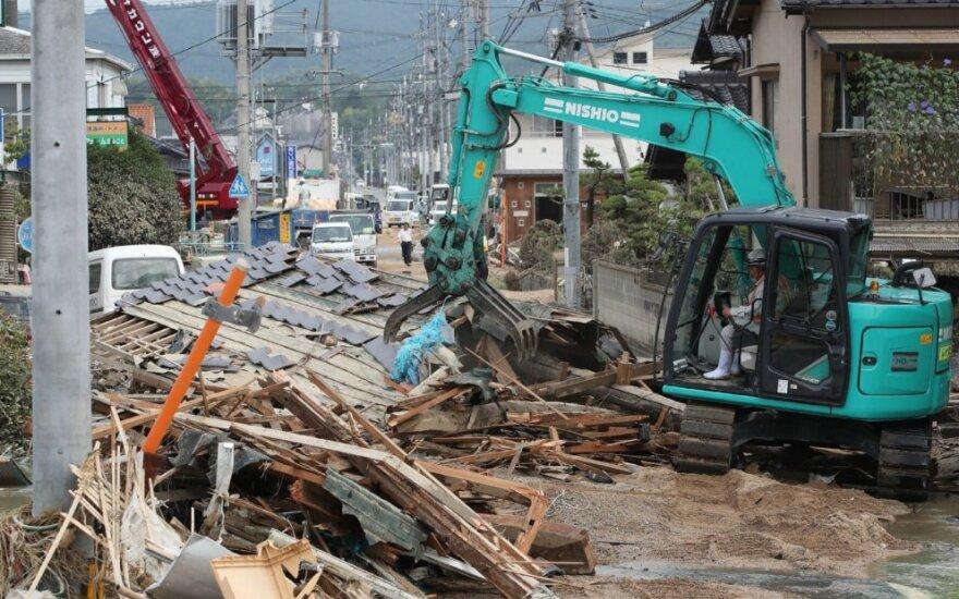 Iškritus rekordiškai daug lietaus Japoniją nusiaubė nuošliaužos