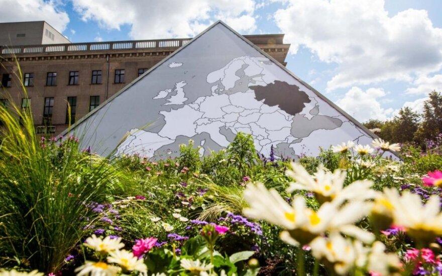 """Seimo fontanas: žemėlapis su """"užgrobta"""" Baltarusija ir gėlės tokios, kad nevogtų"""