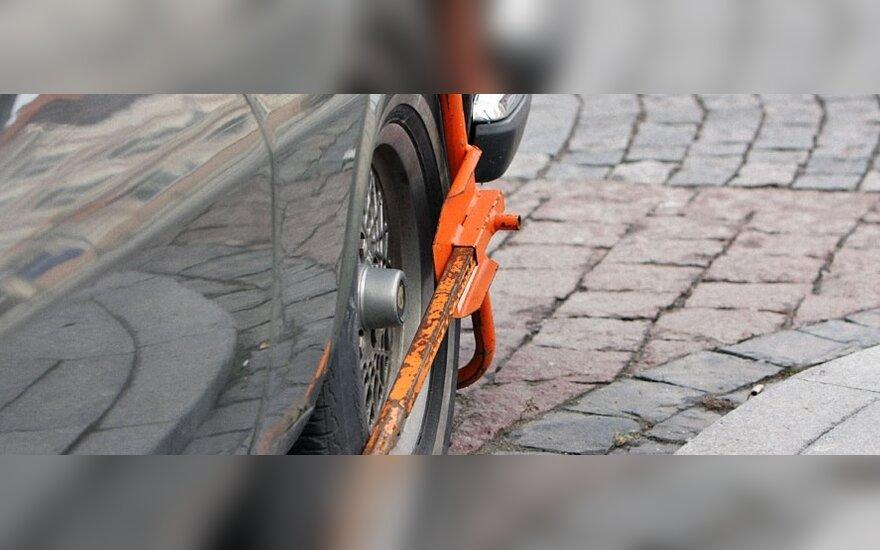 Neapdrausti automobiliai Britanijoje bus blokuojami net ir prie namų
