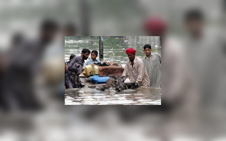 Pakistaniečiai traukiasi iš potvynio apsemtų namų.