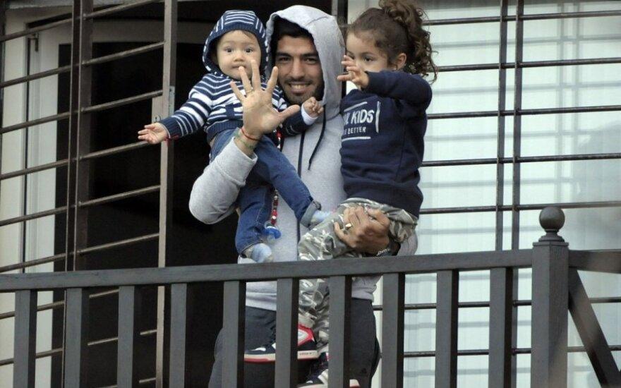 Luisas Suarezas su savo vaikais Montevidėjuje