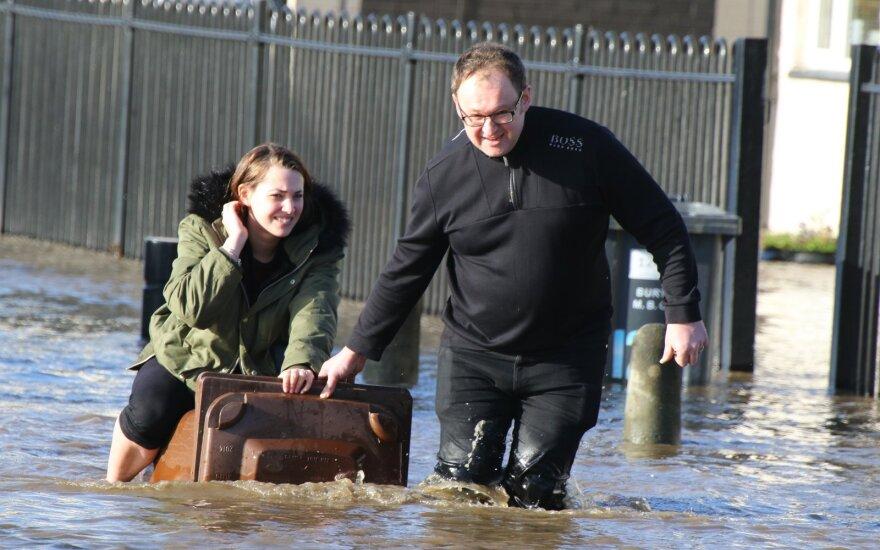 Dėl audros Jungtinėje Karalystėje atšaukiami skrydžiai, pagalbai pasitelkta armija