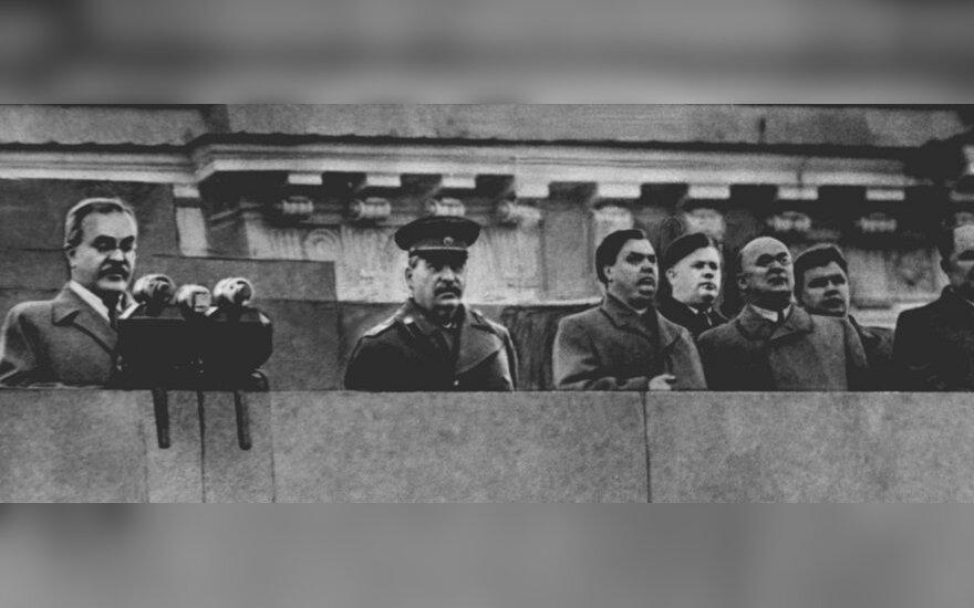 Sovietų veikėjo Michailo Kalinino laidotuvės 1946 m. Viačeslavas Molotovas (pirmas iš kairės), Josifas Stalinas (antras iš kairės), Lavrentijus Berija (trečias iš kairės).