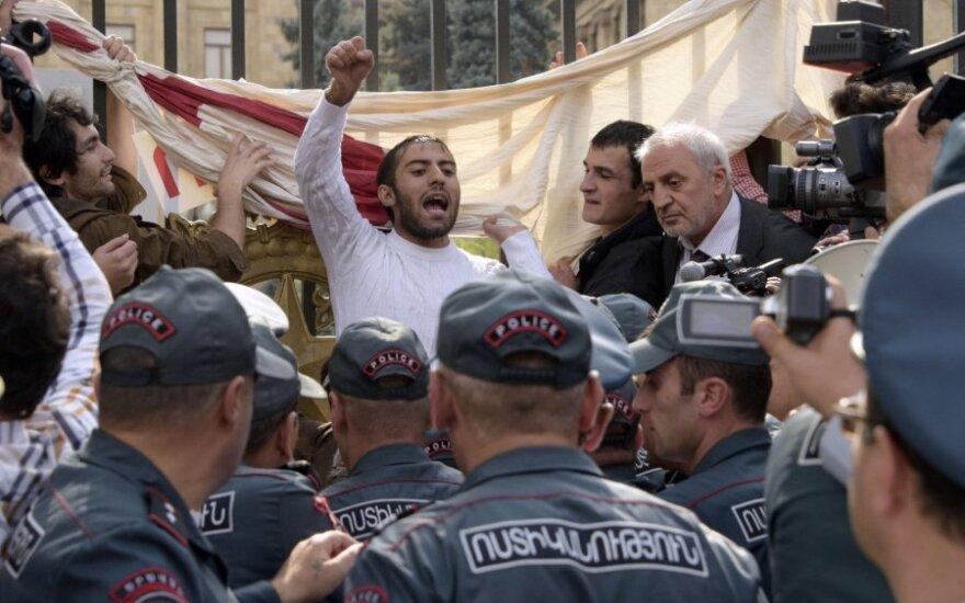 Armėnijos parlamentas uždegė žalią šviesą referendumui dėl kontroversiškų reformų