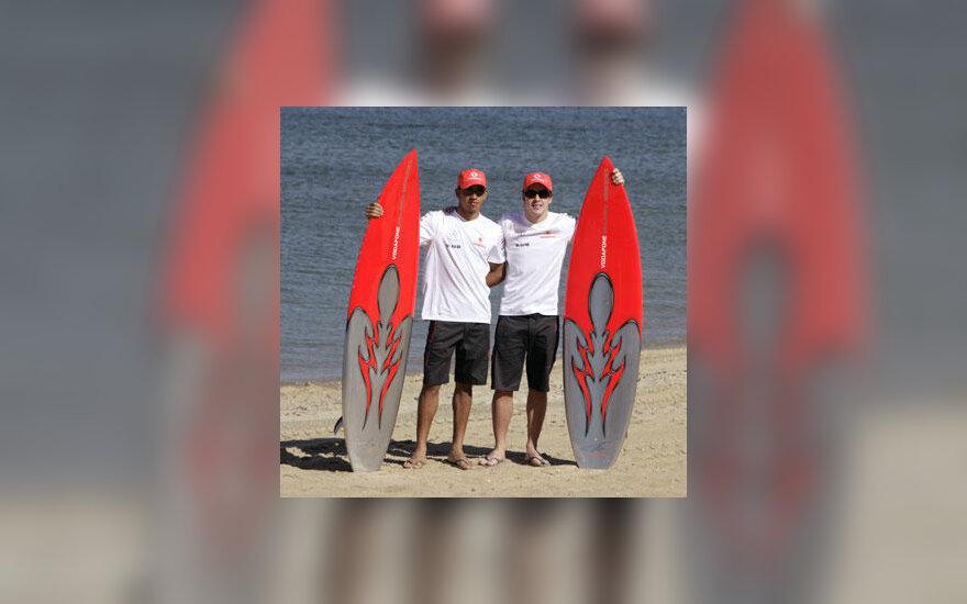 """""""McLaren"""" lenktynininkai Lewisas Hamiltonas ir Fernando Alonso Australijos paplūdymyje"""