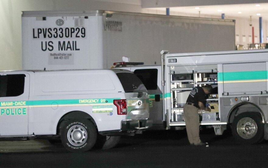Aiškindamasis, kas siuntinėja paketus su sprogmenimis, FTB apieškojo pašto centrą Majamyje