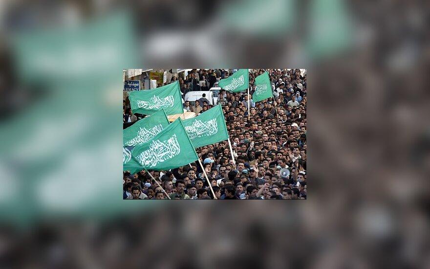"""Palestiniečiai su """"Hamas"""" vėliavomis"""