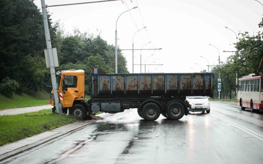 Vilniuje sunkvežimis atsitrenkė į apšvietimo stulpą