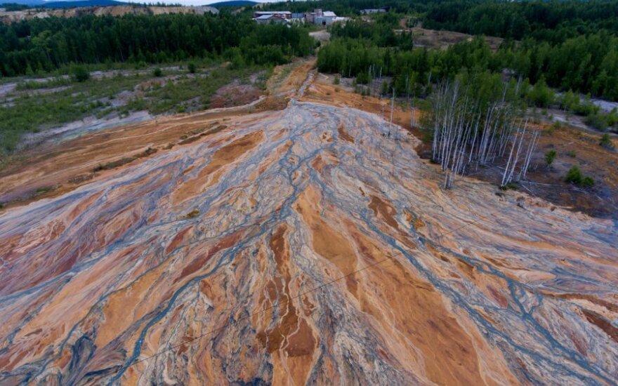 Sibire užlieta vario sulfato kasykla, iš jos teka rūgšties upės