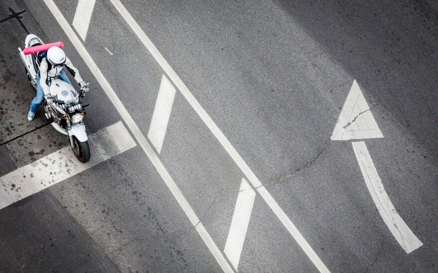 Nedrausmingus motociklininkus gaudys fiksuodami jų greitį iš galo