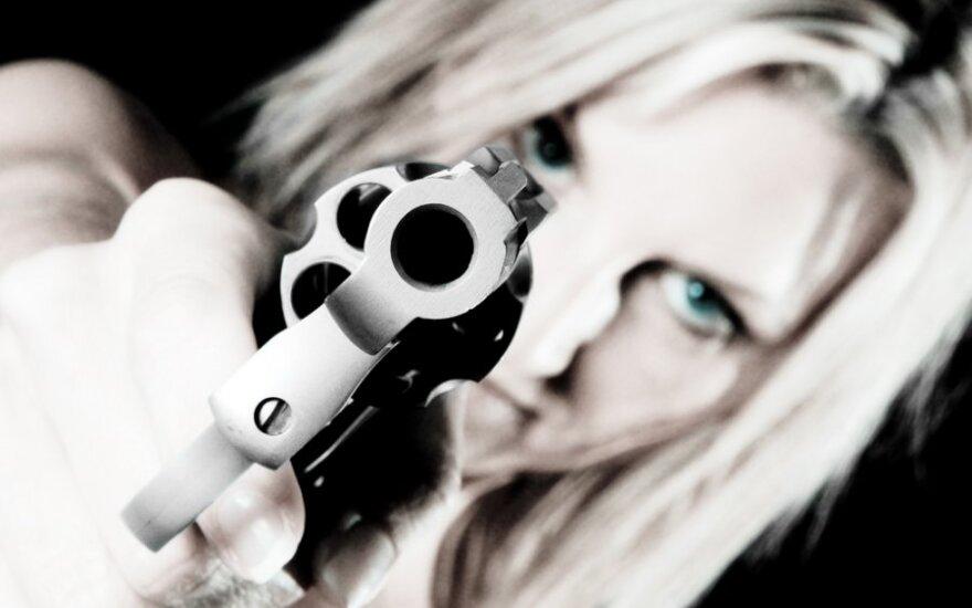 Apieškoję porą pareigūnai buvo šokiruoti: užtaisytą ginklą mergina paslėpė labai intymiai