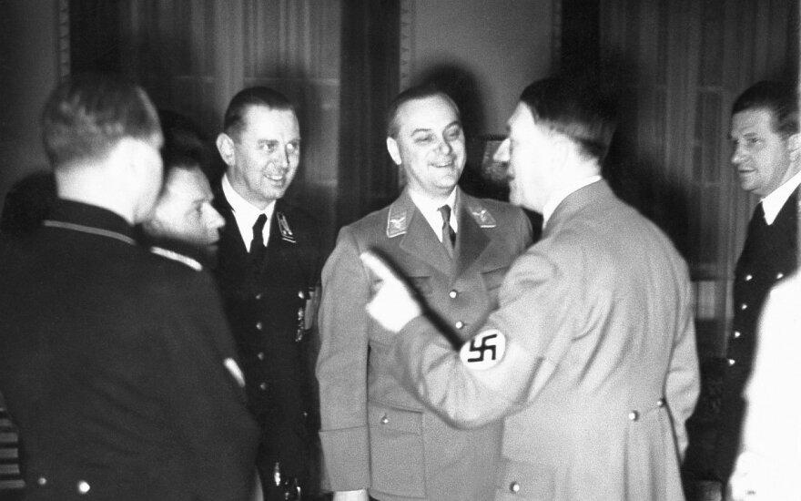 Rosenbergas per savo 45-ąjį gimtadienį priima Hitlerį savo namuose, Berlyno Dalemo rajone // SZ Photo/Scherl / The Image Works nuotr.