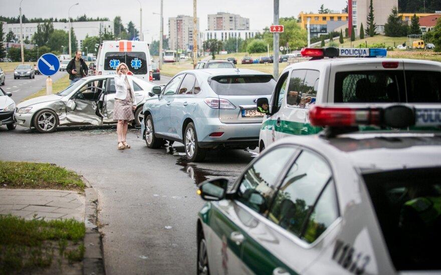 """Vilniuje susidūrė trys automobiliai, vieną žmogų iš """"Lexus"""" teko vaduoti ugniagesiams"""