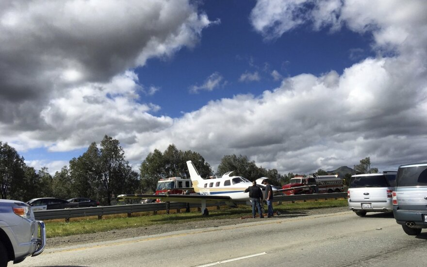 Greitkelio skiriamojoje juostoje nusileido lėktuvas