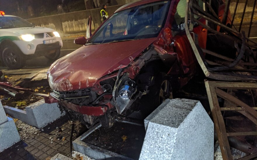 """Vairuotojos nesuvaldytas """"Opel"""" įlėkė į Rasų kapines ir išvartė lenkų karių antkapius"""