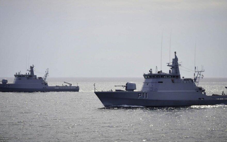 Į nelaimę patekusiai jachtai grįžti į uostą padėjo Karinių jūrų pajėgų laivas