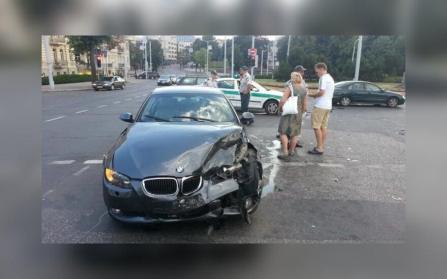 Per avariją sužalota BMW vairavusi moteris